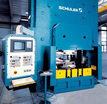 Presse hydraulique / pour fabrication de plaques d'échangeurs de chaleur