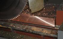Scie circulaire / pour métaux / avec convoyeur à rouleaux / à vitesse variable