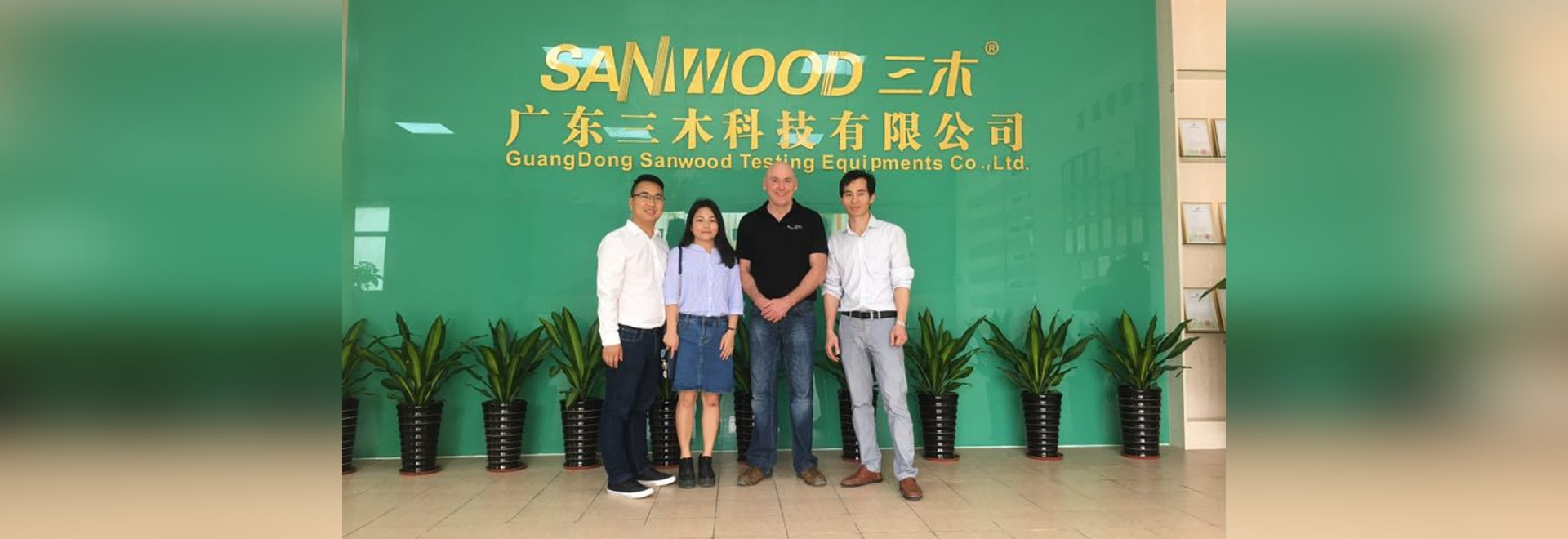 Le client BRITANNIQUE est allé à l'usine de Sanwood pour inspecter ses marchandises sur la 10th~11th, avril 2017