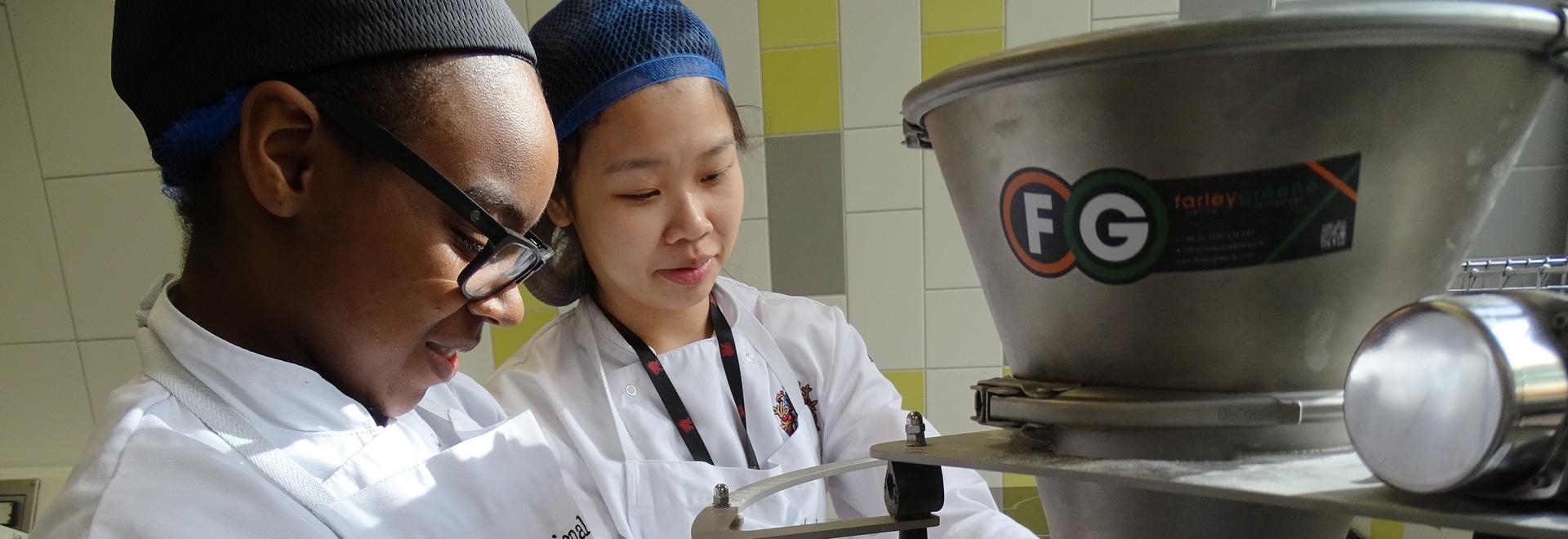 Farleygreene sont fier de partager sa connaissance avec de jeunes apprentis de boulanger.