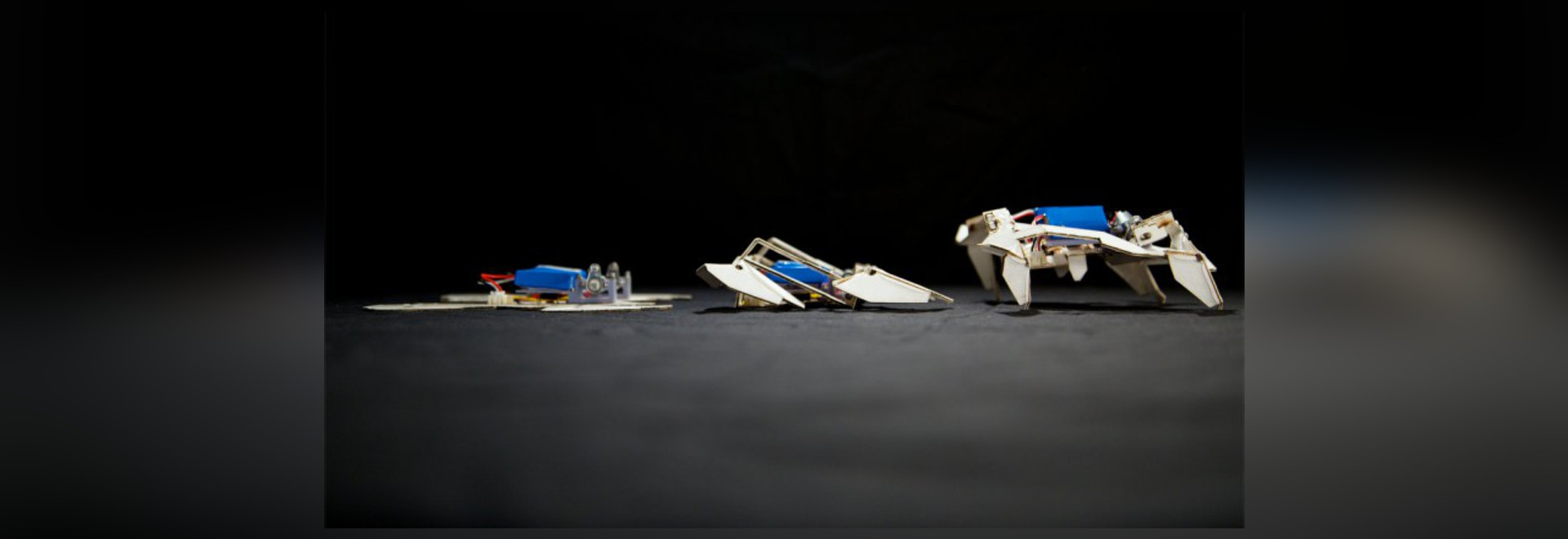 ROBOT DE TRANSFORMATION SELF-FOLDS ET PROMENADES PAR LUI-MÊME
