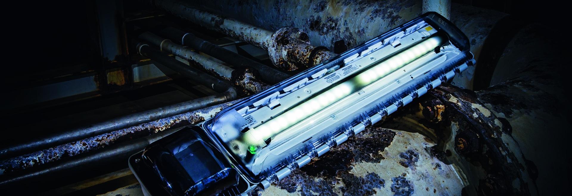 Les séries 6009/1, le produit EXLUX d'appareils d'éclairage de secours de LED font R. STAHL, sont extrêmement robustes et appropriées pour l'usage partout dans le monde