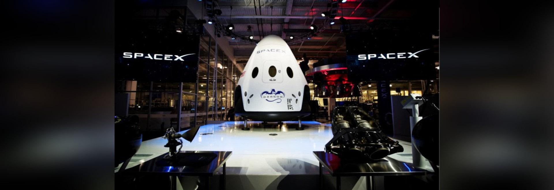 SPACEX DÉVOILE LE VAISSEAU SPATIAL QUI PEUT VOLER À ET DE L'ESPACE