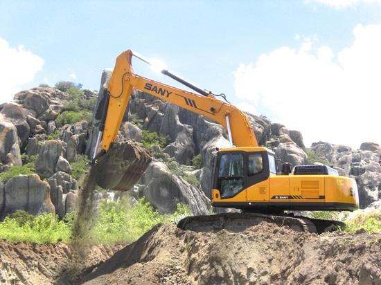 Excavatrices de Sany utilisées dans la construction d'usines sud-africaine de ciment