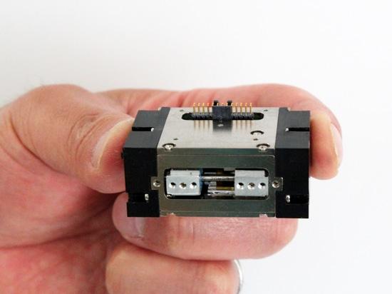 SMAC présente la pince micro programmable pour manipuler les pièces fragiles
