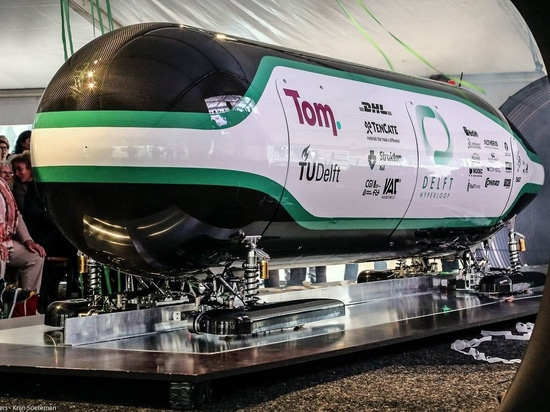 Formé comme une gouttelette d'eau : La cosse de Delft Hyperloop a été donnée une forme aérodynamique et ressemble à une forme optima de gouttelette-le de l'eau pour la traînée.