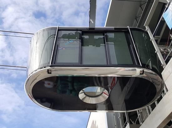 Un hublot permet de voir le trajet du téléphérique à la verticale