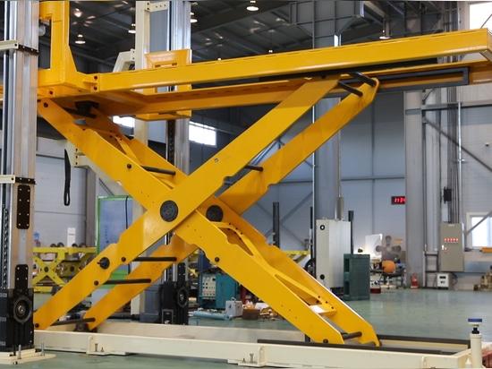 Table élévatrice avec les systèmes latéraux d'altitude : position élevée