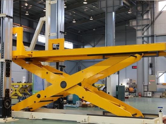 Table élévatrice avec les systèmes latéraux d'altitude : position intermédiaire