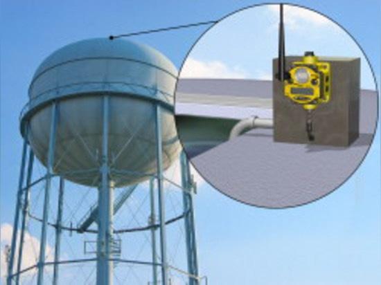 L'émetteur sans fil installé placé sur une tour d'eau commande l'écoulement d'eau.