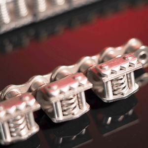 chaîne de transmission / en acier / à rouleaux / à pince