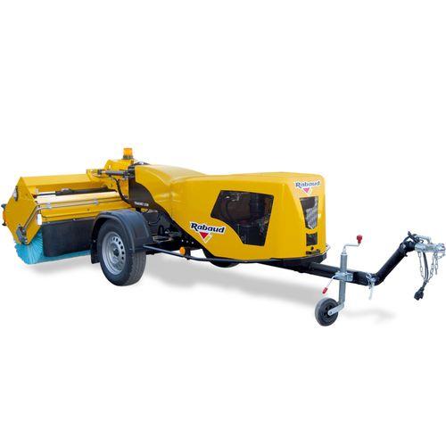 balayeuse montée sur remorque / hydraulique / diesel / à essence