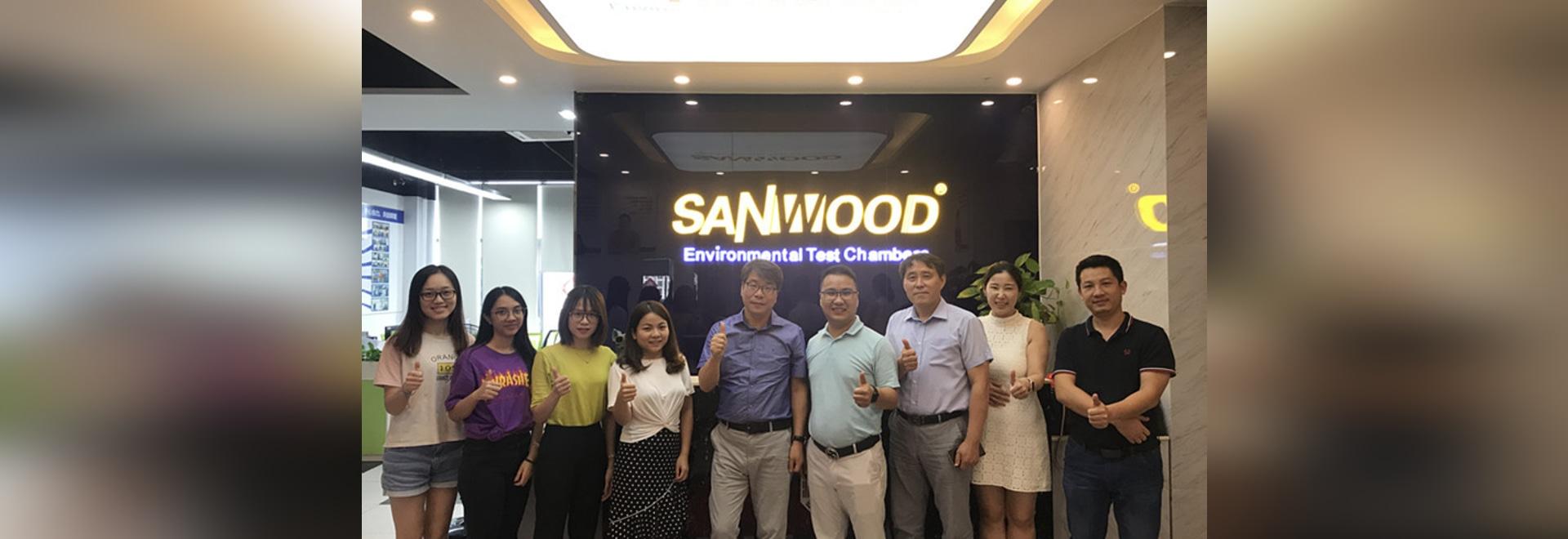 Accueillir chaleureusement nos partenaires sud-coréens lors de la visite de la Chambre d'essai environnementale de Sanwood