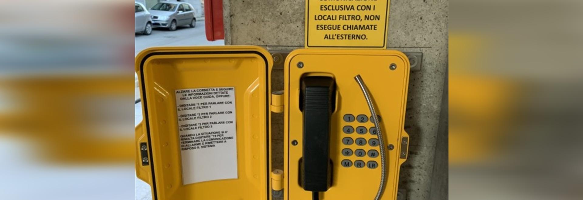 Le téléphone robuste de J&R Technology résistant aux intempéries utilisé à l'extérieur dans la communauté italienne