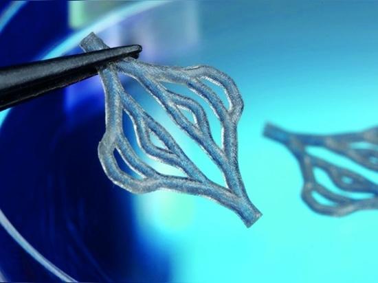 Un échafaudage ramifié, élastique et vascularisé, produit par polymérisation à un seul photon. Cet échafaudage est un implant vasculaire biorésorbable qui se décompose progressivement sur une pério...