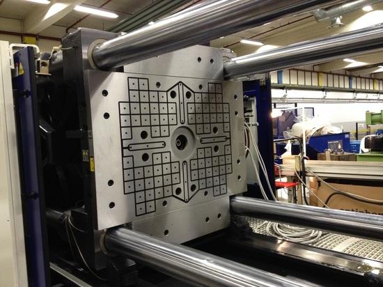 ROEMHELD à la foire commerciale de K : les systèmes de fixage magnétiques répondent aux exigences les plus élevées de sécurité