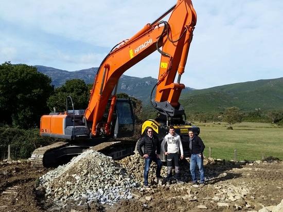 Le godet concasseur BF120.4 de MB Crusher s'installe en Corse