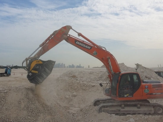FB 90,3 de seau de broyeur de mb au travail sur Al Khor Expressway pour épargner le temps et les coûts.