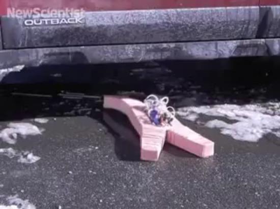 Le robot caoutchouteux marche par les flammes et la neige